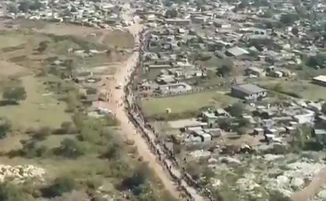 تشکیل صف کیلومتری در آفریقای جنوبی برای دریافت غذا و تجهیزات بهداشتی